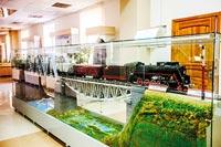 Макет двухпролетного железнодорожного моста через судоходную реку с паровозом серии Л-3369, выполненный ветеранами локомотивного депо