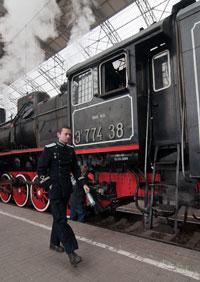 проводник-экскурсовод в парадной форме железнодорожника 1943 года