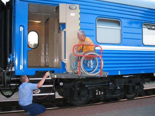 Подъем пассажира на инвалидной коляске