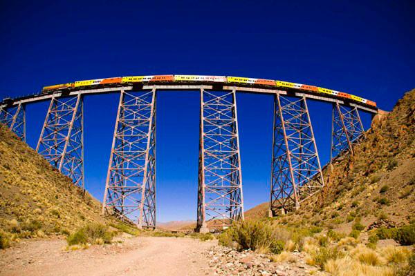 Конечный пункт Tren a las nubes в провинции Ла-Полворилла находится на высоте 4 тысячи метров над уровнем моря
