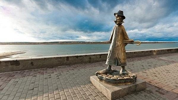 Памятник А. П. Чехову на набережной реки Томи