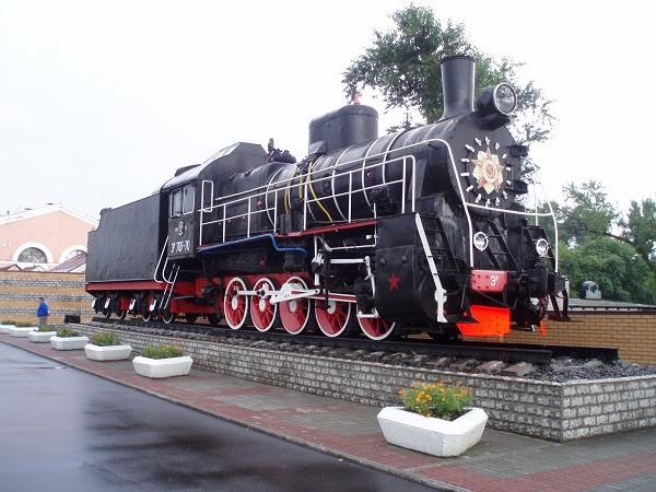 Памятник-паровоз на перроне