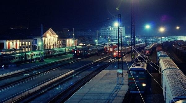 Платформа Барнаульского вокзала ночью